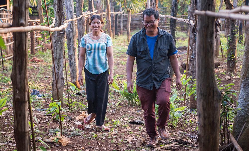 Neth im Garten einer Bäuerin, die mit der Beratung durch BIPA zum ersten Mal Sacha Inchi anpflanzt.