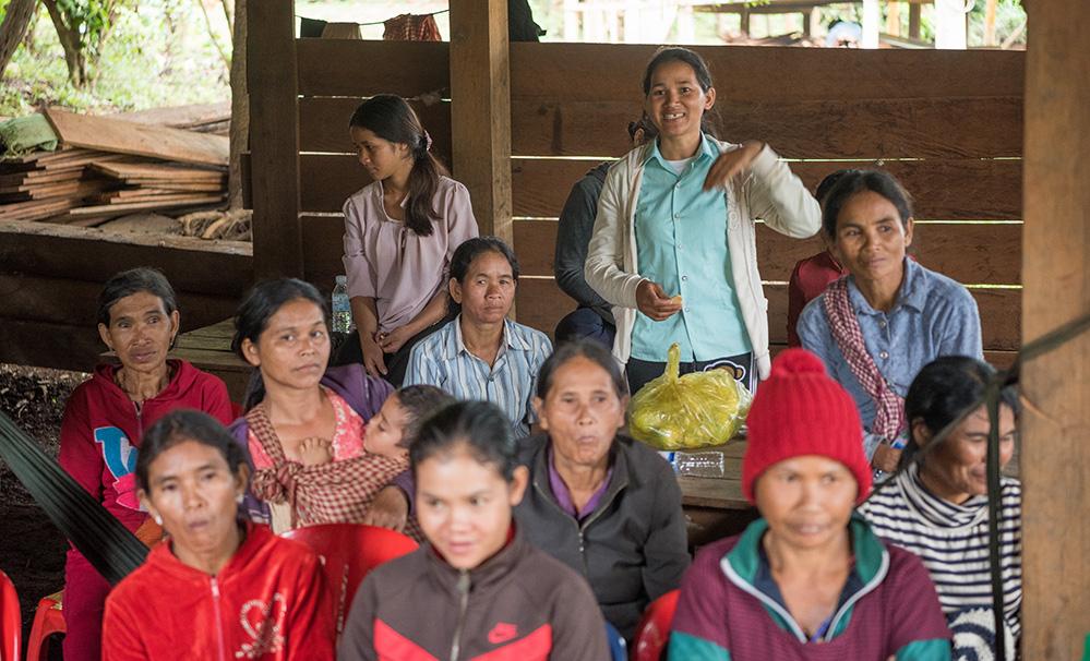An einer Dorfversammlung erzählt sie von den Chancen, die der Biolandbau für die Zukunft bietet.