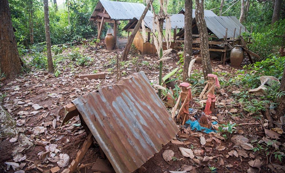 Diese Grabstätte liegt in einem kleinen Stück Wald, das den Landenteignungen noch nicht zum Opfer gefallen ist.